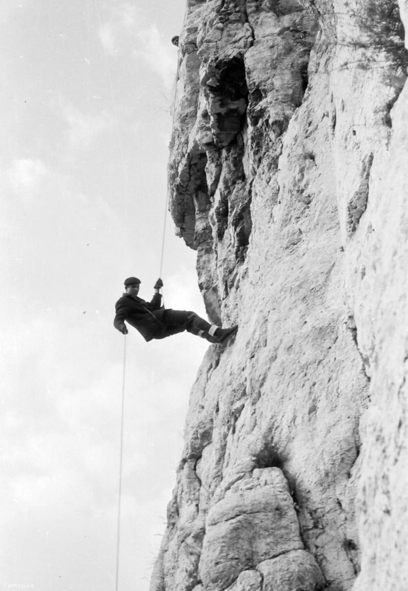 Csobánka, Oszoly-szikla 1968-banAz ereszkedő sziklamászó képén fájdalmasan köszön vissza a sport letűnt évszázada, amikor még a ma használatos eszközök nélkül bocsátkoztak alá a mélységbe az alpinisták. A dülfer technikának nevezett ereszkedési módhoz technikai eszköz nem kellett ugyan, de a testen speciálisan megcsavart kenderkötél fájdalmas volt, és hamar tönkretette a legjobb bricsesznadrágot is.