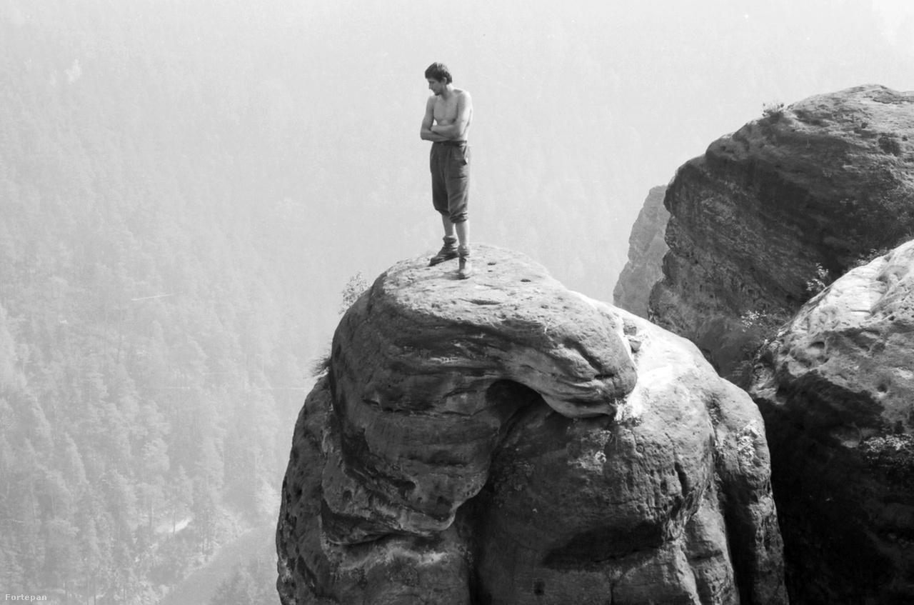 Pompás kilátás az egykori Német Demokratikus Köztársaságban található Bastei-kilátóból, 1971-benBastei Szász-Svájc népszerű kirándulóhelye, a klasszikus sziklamászás egyik fontos helyszíne. A torony tetejére a fiatal mászó nem speciális cipőben, hanem jó bőrbakancsban kapaszkodott fel.