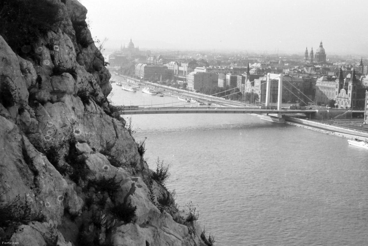 """Kilátás a Gellérthegyről 1967-benEzek a dolomitsziklák már az őssziklamászókat is kísértésbe hozták, megmászásuk sokáig az első próbatételek közé tartozott a századfordulótól az ötvenes évekig. Ahogy az 1913-as Hefty-Vigyázó-féle korai mászó kalauz írta: """"Budapest közvetlen területén is számos alkalom kínálkoznék a sziklamászásra, de ezeket nem szabad kihasználni, nagyobb részben méltánylandó okok miatt. Itt van elsősorban a Gellérthegy, amelynek gyönyörű dolomitsziklái izgalomba hozzák a sziklamászó szívét; mégsem szabad rájuk menni s helyesen, mert eltekintve attól, hogy a sziklamászás által meglazított és legurított kövek veszélyeztetnék a forgalmat s a járókelők épségét, a mászásnak a város kellő közepén való gyakorlása folyton csődületet okozna s oly elemeket (különösen gyermekeket) csábítana utánzásra, amelyek nem bírnak sem a kellő értelmi, sem az anyagi tökével, amely a sziklamászás természetében rejlő veszedelem korlátozását lehetővé tenné."""""""