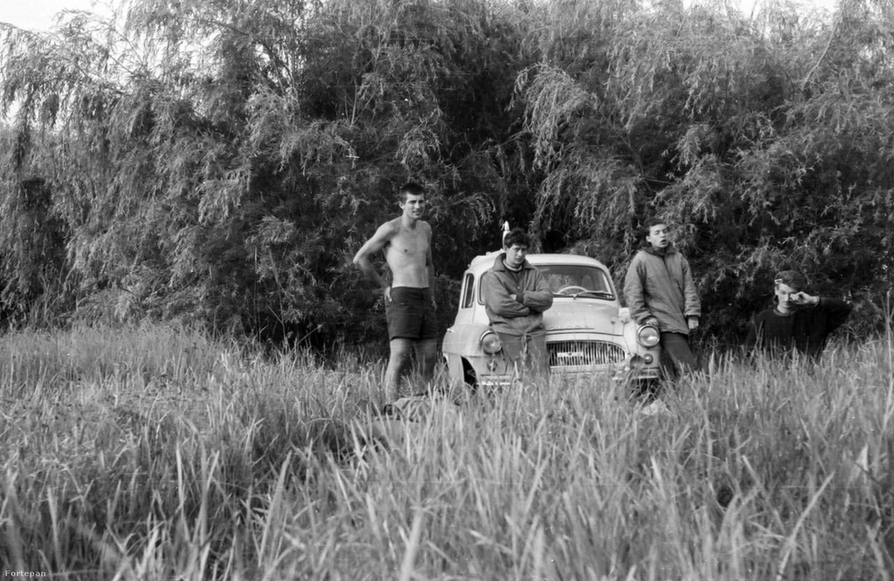 A sziklamászó társaság és egy Škoda Octavia a tatai Fényes-forrásnál 1968-banEgy képen a sziklamászás két fontos eleme. Az egyik az autó, ami nélkül nehéz eljutni a félreeső területekre. A másik pedig a félmeztelen mászó alakja, amely eszerint nem csak korunk mászókultúráját határozza meg, hanem eleinkét is. A sziklamászós félmeztelenség jellegzetessége, hogy időjárásilag teljesen indokolatlan, ahogy a képen is látszik, a szálkás srác barátai kabátban vannak. A jelenség szimplán esztétikai, párkereső funkciót lát el.
