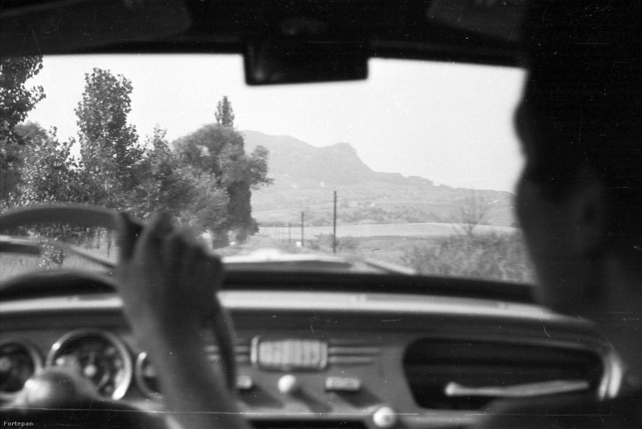 A Szent György-hegy a Škoda ablakából 1968-banA Balaton-felvidék is bővelkedett mászóhelyekben, szénakazlakban, strandokban és kalandokban. A Badacsonnyal egy időben keletkezett Szent György-hegy tetejét borító bazaltsapka a hetvenes években lett védett természeti érték.