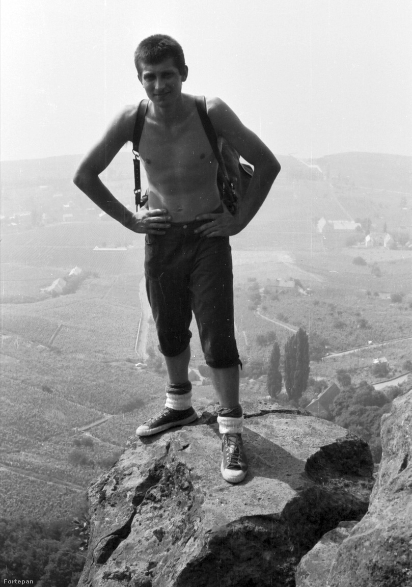 Balatoni panoráma és egy könnyed félmosoly a badacsonyi bazaltoszlopokon győzedelmeskedő mászótól, 1968A sziklamászás és a természetjárás csak a legutóbbi időkben lett két külön tevékenységi forma. A kép szereplője itt dorkóban, hátizsákkal jutott fel a sziklatorony tetejére.