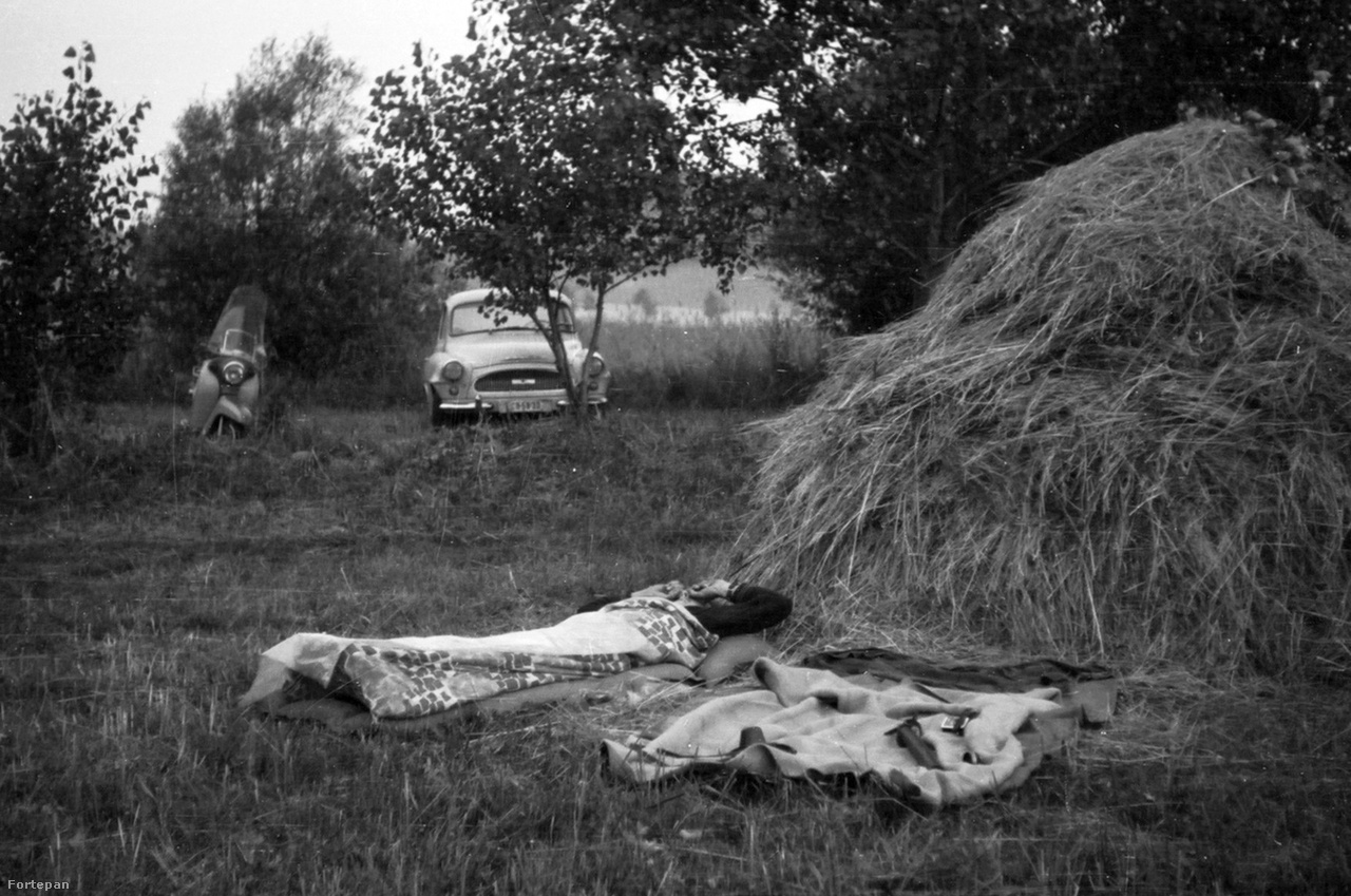 Ébredés szénakazal mellett, 1968Természetben alvás a high tech matracok és hálózsákok feltalálása előtt, gumimatrac és plédek segítségével. Akkoriban elképzelhetetlen volt, hogy a szabadban éjszakázás kényelmesebb is lehet, mint otthon, az ágyban. A sajgó csontokért csak egy jó kis Badacsony-mászás kárpótolt.