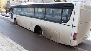 Menet közben szabadultak el egy busz kerekei Cegléden