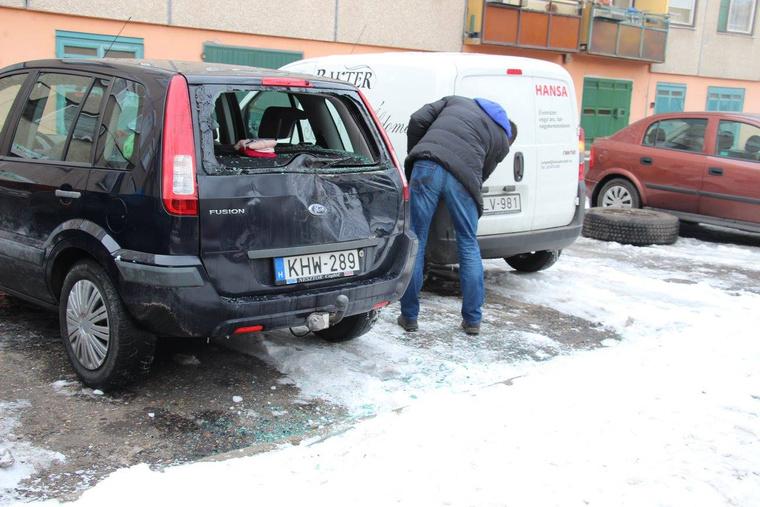 A leszakadó kerekek két autóban tettek kárt