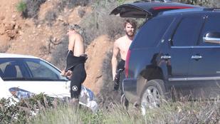 Hemsworthék már a szörfruhájukat se tolhatják le nyugodtan