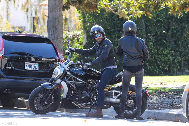 Irina Shayk és Bradley Cooper is az egyik legmenőbb álompár most Hollywoodban, itt éppen a Ducati motorjukra szállnak fel