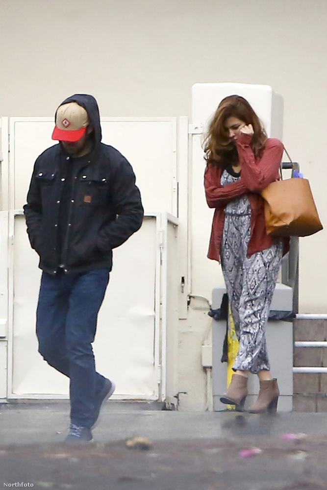 Ezen a képen kicsit nehéz felismerni az álompárt, pedig a kép előterében ott sétál Ryan Gosling baseball sapkában, mögötte pedig Eva Mendes telefonál