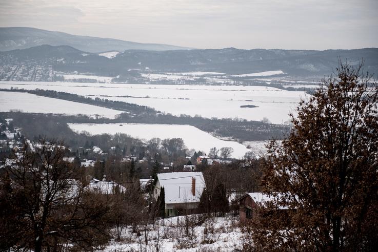 A transzformátorállomás a fák által félig kitakart, négyszög alakú havas terület mellett lenne balra