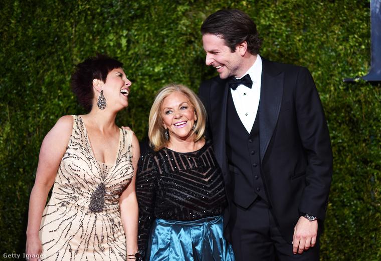 A kép bal szélén nevet a színész nővére, Holly Cooper, középen pedig a büszke anya, Gloria Campano mosolyog