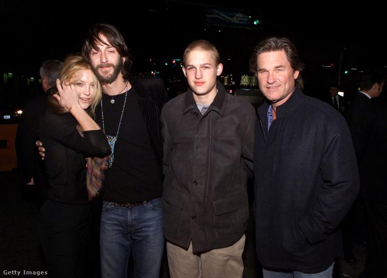 A kissé bonyolult családtörténet úgy jött létre, hogy Goldie Hawn 1982-ben elvált második férjétől, Bill Hudsontól (akitől ugye Kate Hudson született), majd egy év múlva megtalálta élete szerelmét Kurt Russell személyében, akitől 1986-ban született meg a képen jobbról a második Wyatt Russell