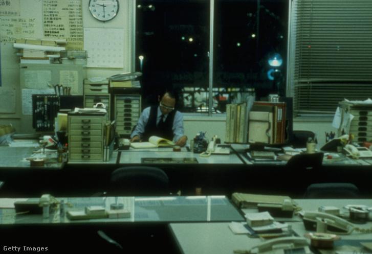 Magányosan túlórázó középkorú japán férfi egy irodában