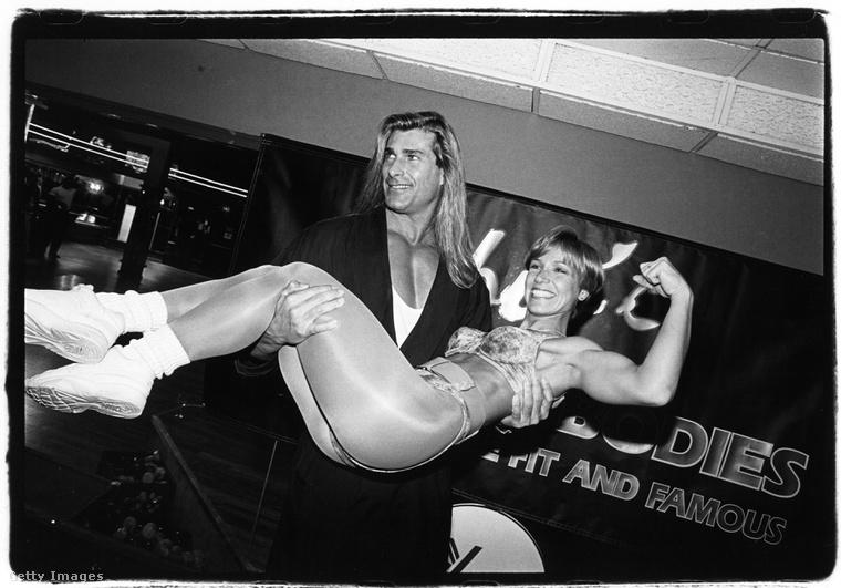 Fabio itt egy 1994-es fitneszeseményen van, és a karjában tart egy fitt nőt.