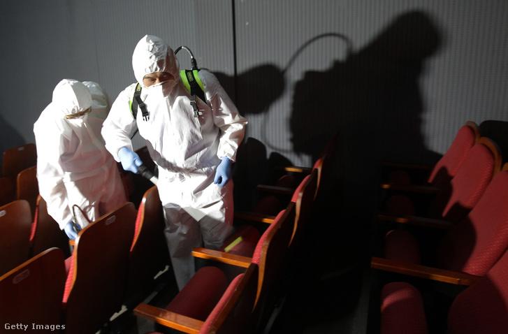 Szöuli fertőtlenítő munkások egy moziban a MERS 2015-ös dél-koreai kitörésekor
