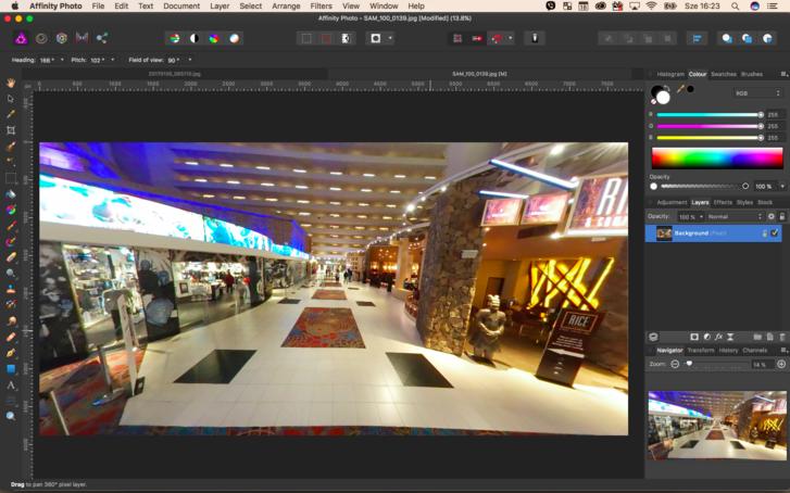 Az Affinity Photo pont úgy kezeli a virtuális valóságba szánt 360 fokos képeket, ahogyan  azt a vr-sisakokban is látnánk: körbe tudunk forogni a gömbpanorámán, és így tudjuk elvégezni a műveleteket.