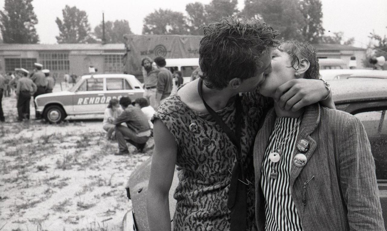 Csókolózás rendőri felügyelet alatt.