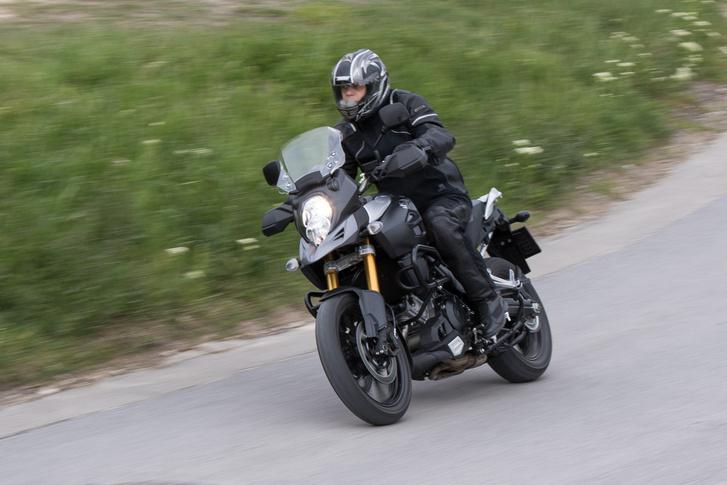 A Suzukit sem nehéz vezetni, de a Hondához képest birkózni kell vele