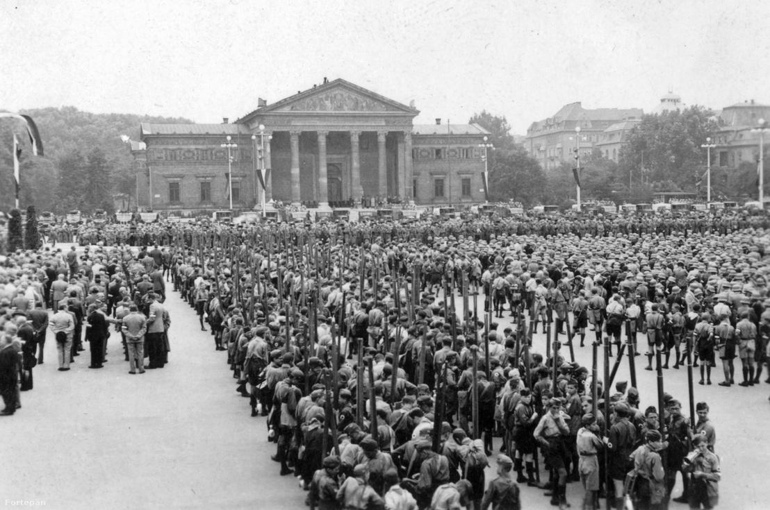 Cserkésztalálkozó a Hősök terén, 1947-ben.