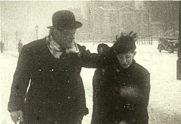 Karinthy Frigyes és fia, Ferenc az 1931-ben készült amatőr film egyik kockáján. A csaknem kétperces filmszkeccs Kosztolányi Ádámtól került a Petőfi Irodalmi Múzeumhoz. Karinthy Ferenc emlékezete szerint a Verpeléti (ma Karinthy Frigyes) út és a Bicskei út sarkán és környékén vették fel.