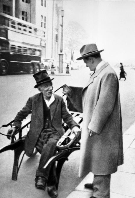 """A fotó Londonban készült, 1935-ben. Az Est című lap azzal bízta meg Karinthyt, hogy számoljon be a brit főváros egy napjáról. """"Én cseregyerek vagyok: a walesi herceg jön Budapestre, én megyek helyette Londonba"""" - mondta a repülőre szállás előtt."""