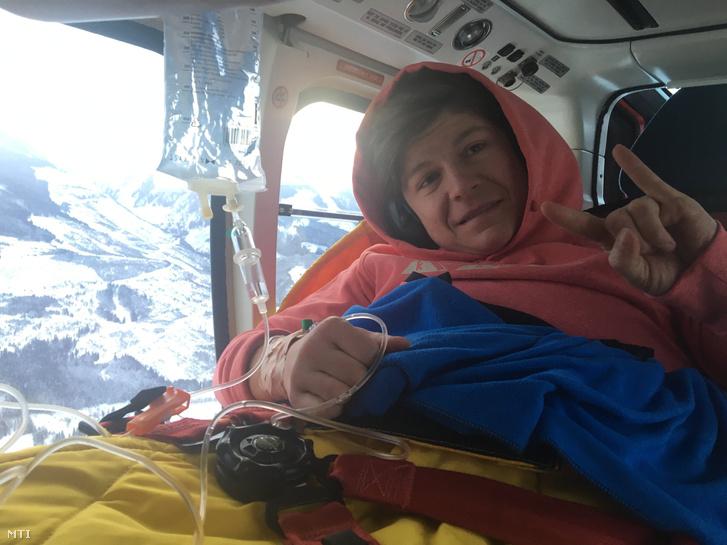 Miklós Edit a pongaui kórháznál egy helikopterben, amellyel átszállítják egy Innsbruck melletti magánklinikára 2017. január 15-én