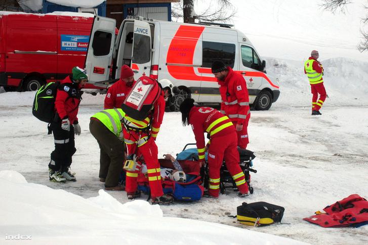 Miklós Editet a hordágyra emelik, 2017. január 15-én, miután bukott a női alpesi sí világkupa altenmarkt-zauchenseei lesiklóversenyének edzése közben.