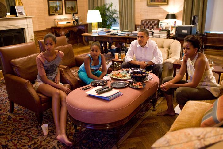Az Obama-család tv-t néz az egyik nappaliban a Fehér Ház lakórészében