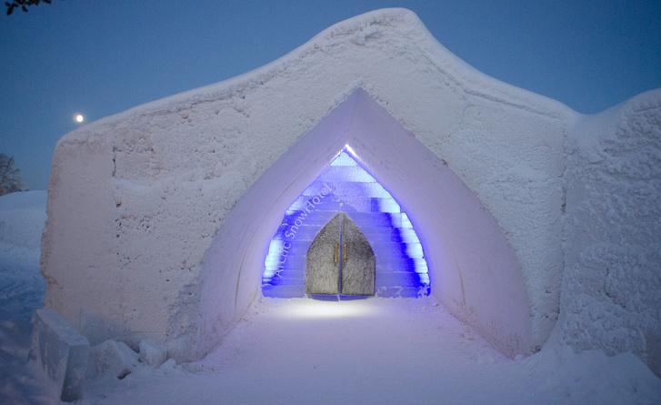Az Actic Snow Hotel ideiglenes jégbarlangjainnak bejárata. Középen a rénszarvasbőrrel takart ajtó, ami mögött életem legrosszabb éjszakája telt