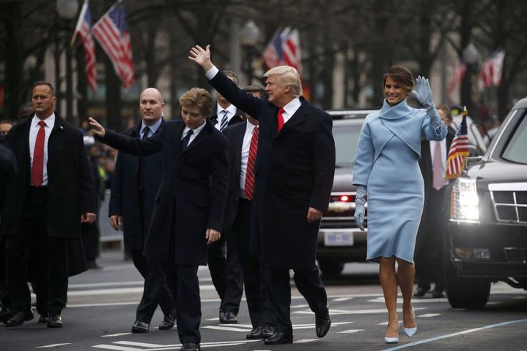 A Capitoliumból Trump konvoja a Pennsylvania Avenue-n lépésben indult a Fehér Házhoz, út közben pedig az új elnök többször is kiszállt integetni az út mellett összegyűlteknek.