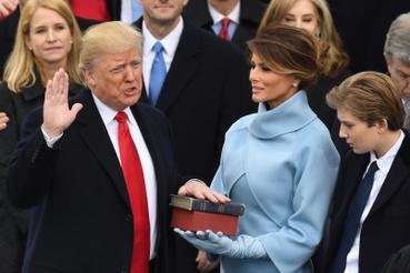 Aztán John Roberts bíró eskette fel Trumpot elnöknek, a Bibliákat Melania Trump tartotta.