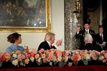 Trump már elnökként részt vett egy beiktatási ebéden a Capitoliumban, ahol a kongresszusi vezetők után ő is rövid beszédet mondott, amiben Clintonékat is méltatta, és Hillary Clintont végül állva tapsolták meg.
