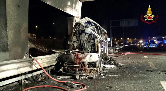 Olyan nagy volt az ütközés ereje, hogy az A oszlop a bal oldalon is eltört (fotó: olasz tűzoltóság)