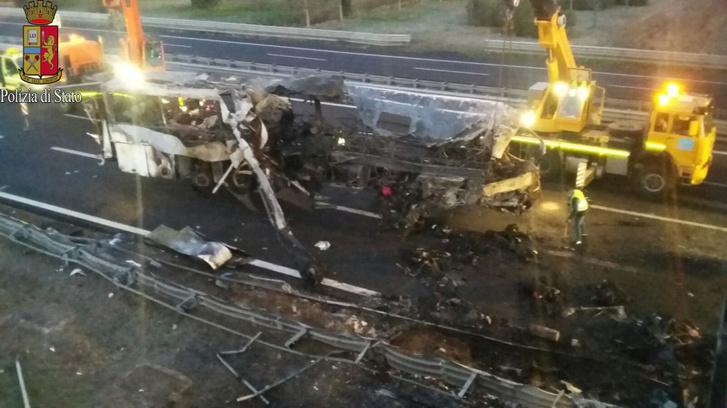 A jármű mentése közben készült felvételen jól látszik, hogy a busz jobb oldala, a középső ajtóig teljesen megsemmisült. Sokan már ekkor meghalhattak (fotó: olasz állami rendőrség)