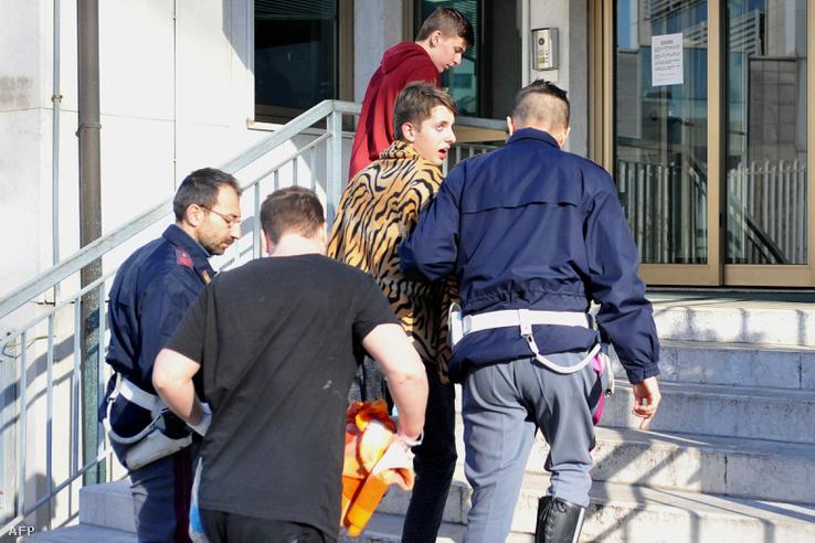 Túlélőket kísérnek az olasz rendőrök Veronában