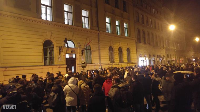 Nagyon sokan eljöttek a délután hat órára meghirdetett megemlékezésre a Szinyei Merse Pál Gimnázium épülete elé.