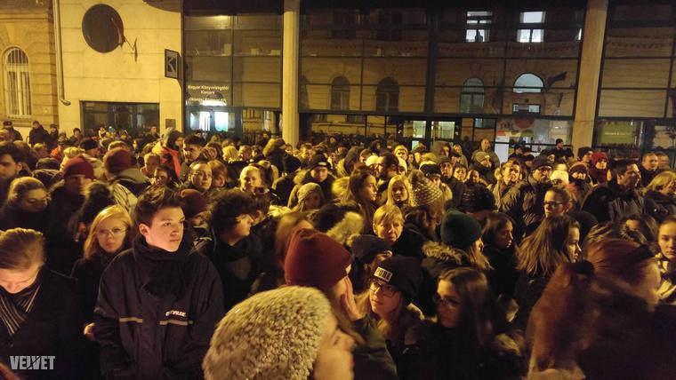 Több százan is lehetnek már a helyszínen, főként diákok.