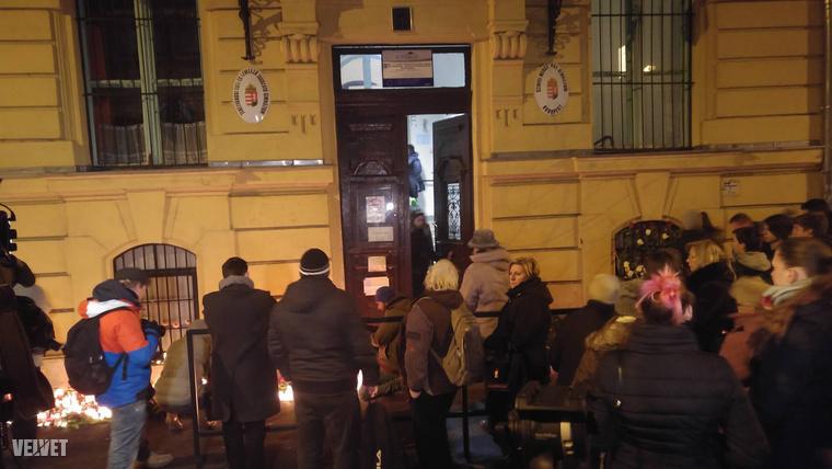 A megemlékezés az iskola épületén belül is folyik, több teremben mécseseket gyújtottak.