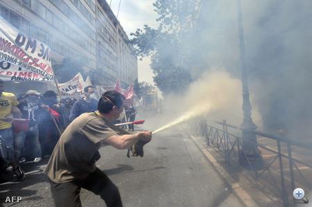 Egész Görögországot megbénítják a sztrájkok. A szakszervezetek a kormány megszorító intézkedései ellen tiltakoznak, a közszolgálati dolgozók már kedd reggel 48 órás sztrájkot kezdtek, este pedig a légi irányítók zárták le az ország légterét.