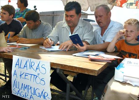 A szerbiai Bácsszőlősön megrendezett falunapon aláírást gyűjtöttek a kettős állampolgárság bevezetéséért 2003-ban