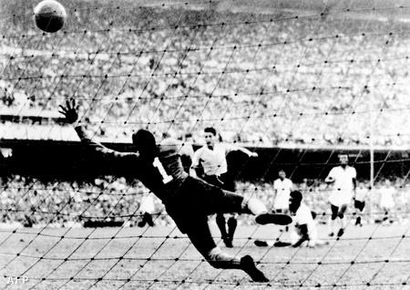 Az uruguayi Juan Alberto Schiaffino  és a brazil kapus, Moacyr Barbosa