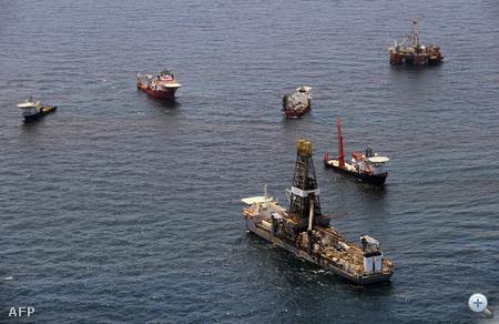 A BP megpróbált olajfogó kupolát helyezni a tenger fenekére, hogy megakadályozzák a naponta több mint 800 ezer liter nyersolaj szivárgását. A művelet nem járt sikerrel.