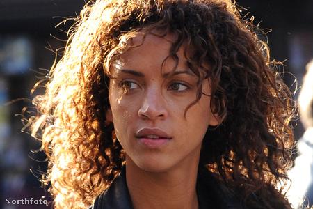 Noémie Lenoirt eszméletlenül találták meg Párizs közelében