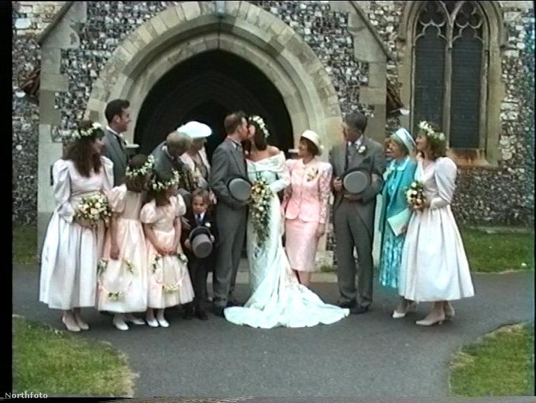 Az esküvői fotókon a figyelem mindig a friss házasokra összpontosul, azonban ez az 1991-es kép most nem miattuk érdekes a világ számára.