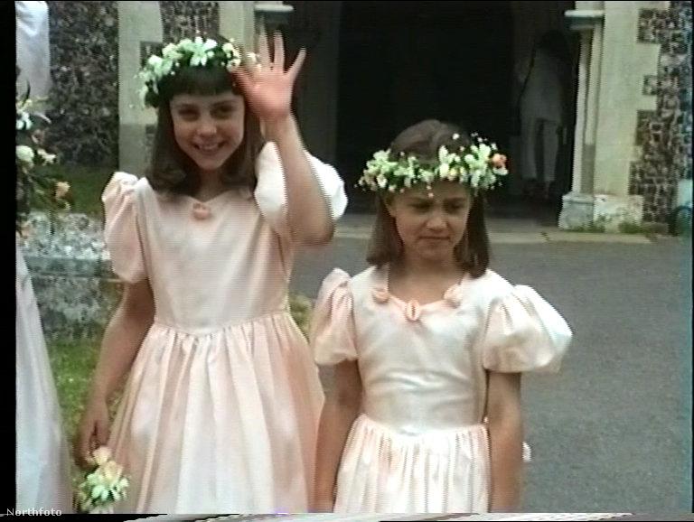 húga pedig 7 évesen fintorgott bele a kamerába.