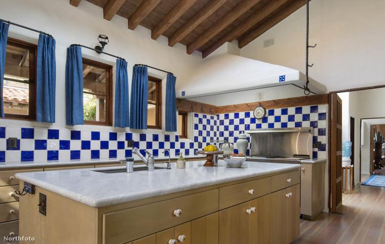 A luxusvillában ilyen esztétikus, óriási méretű konyha található