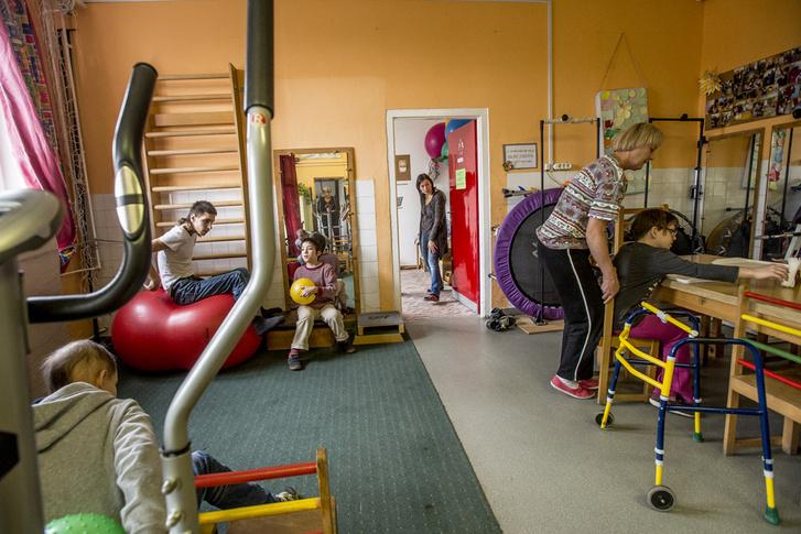 Konduktív szobában fejlesztik a mozgássérült gyerekeket.
