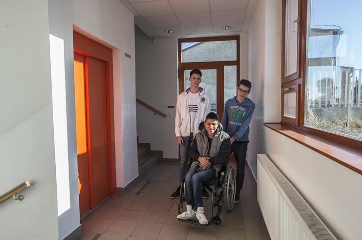 Rafit a két barátja mindenhova kísérgeti, de a fiú állítása szerint az osztály többi tagjával is jó a viszonya.