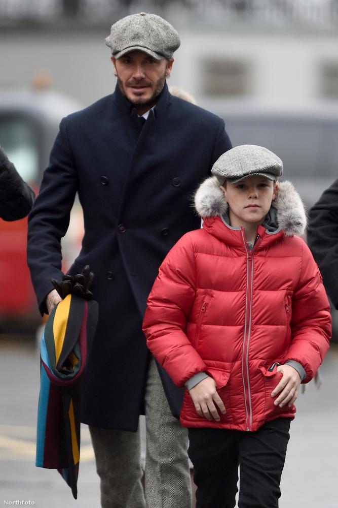 Most viszont megmutatjuk önnek, amint fiával az utcán sétál.