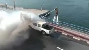 Azért elég menő a dubaji katasztrófavédelem videója: jetpackes tűzoltó oltja a roncsokat