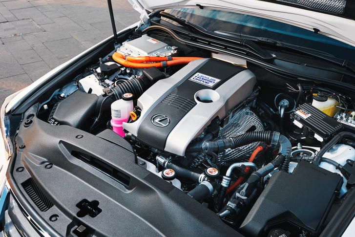 Atkinson ciklusú a 2,5 literes, négyhengeres benzinmotor. A hibrid hajtás összteljesítménye 211 lóerő